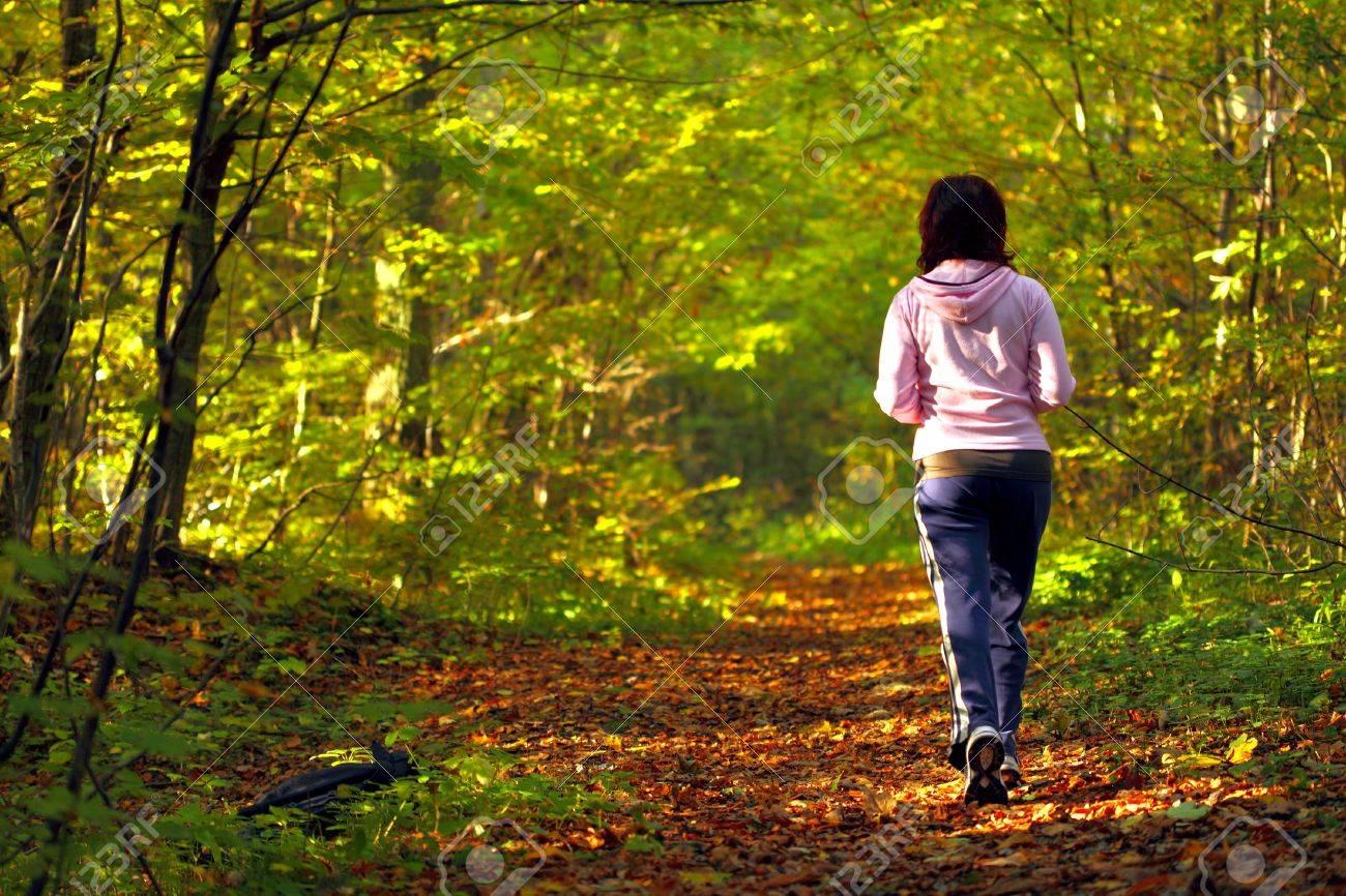 Mujer Caminando A Campo Traviesa Y Pista En El Otono De Los Bosques Fotos Retratos Imagenes Y Fotografia De Archivo Libres De Derecho Image 16237633