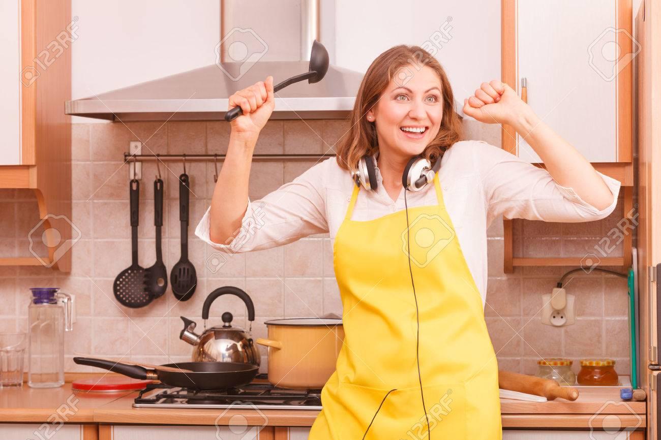 Spaß Und Entspannung. Kochen Und Essen Im Haus Küche Vorbereitet ...