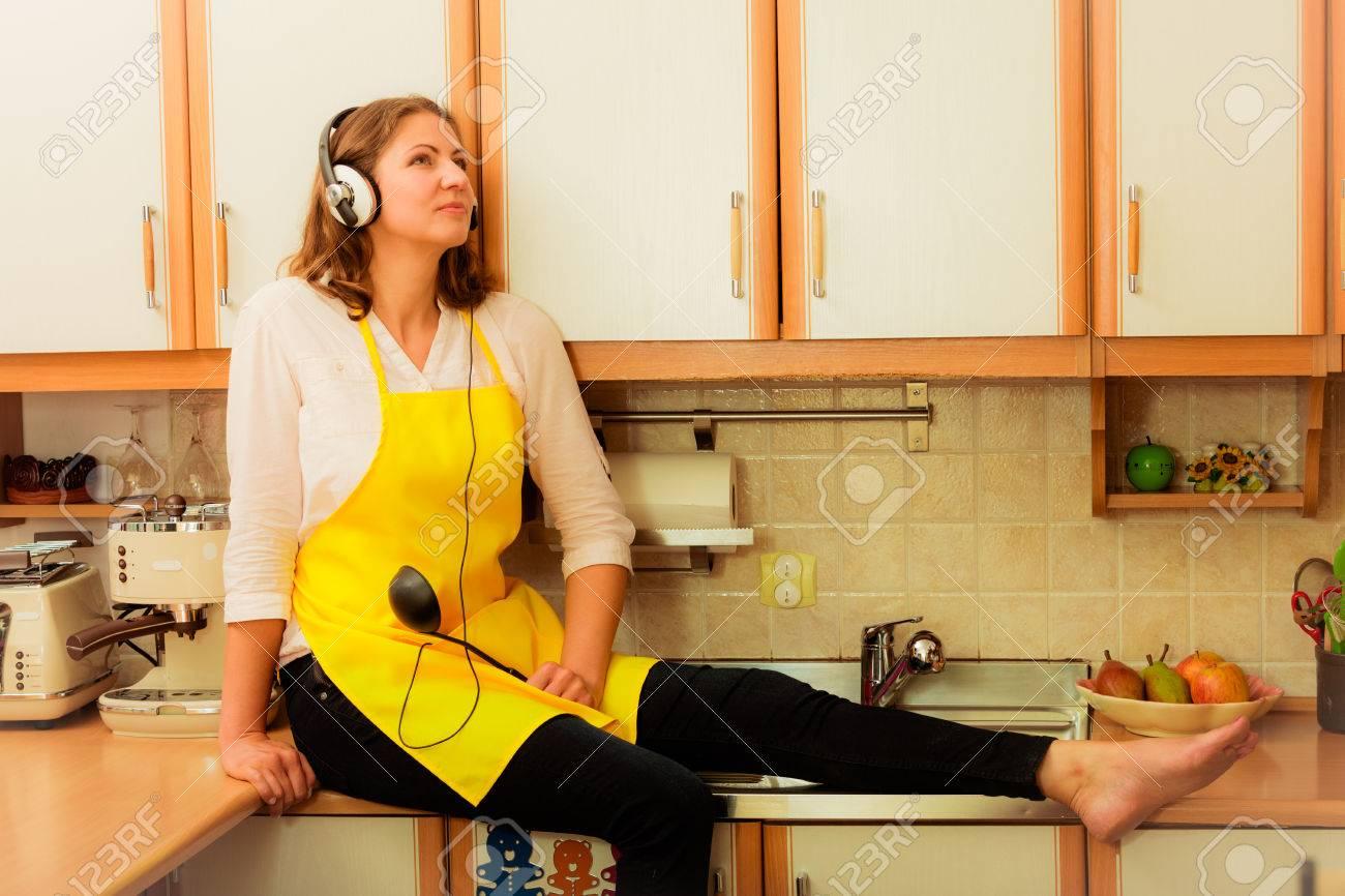 Entspannen Sie Sich In Der Küche. Musik Hören. Denken Träumen ...