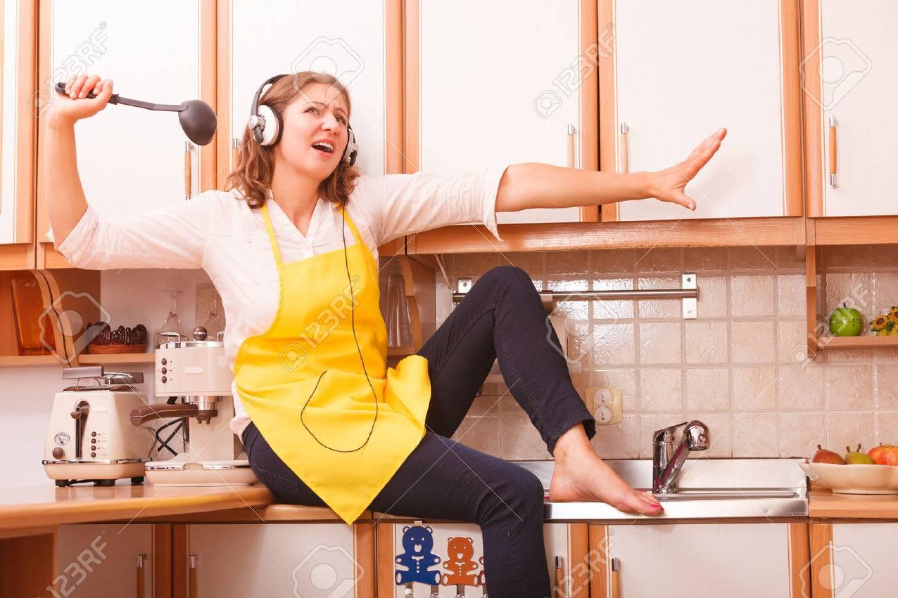 Ontspan In De Keuken. Het Luisteren Muziek Zang En Dans. Grappige ...