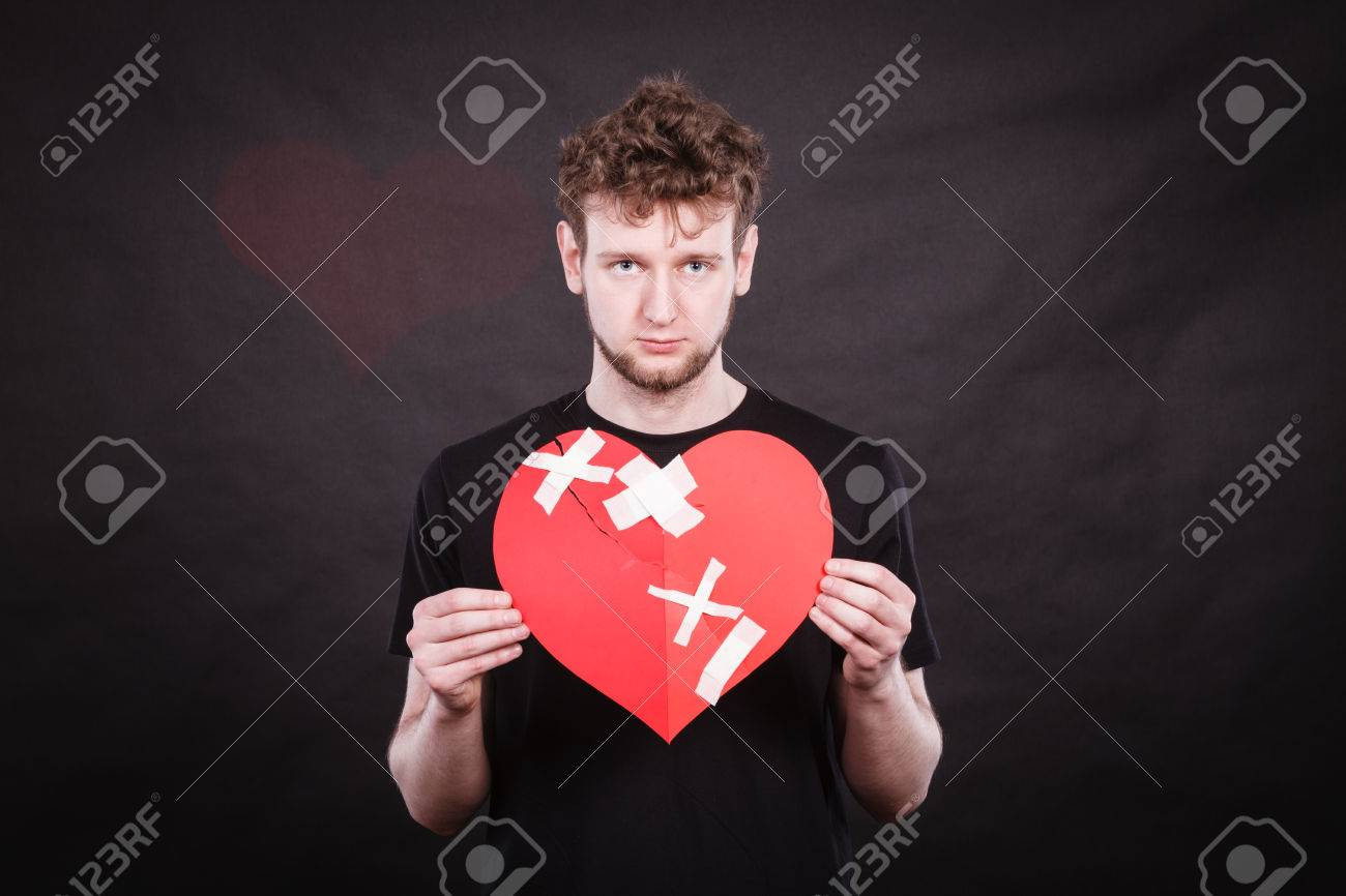 Coeur Brisé Le Concept Malheureux Homme Triste Homme Tenant Collé Signe Symbole Damour Sentiment Humain Entièrement Rénové Par Le Plâtre La Saint