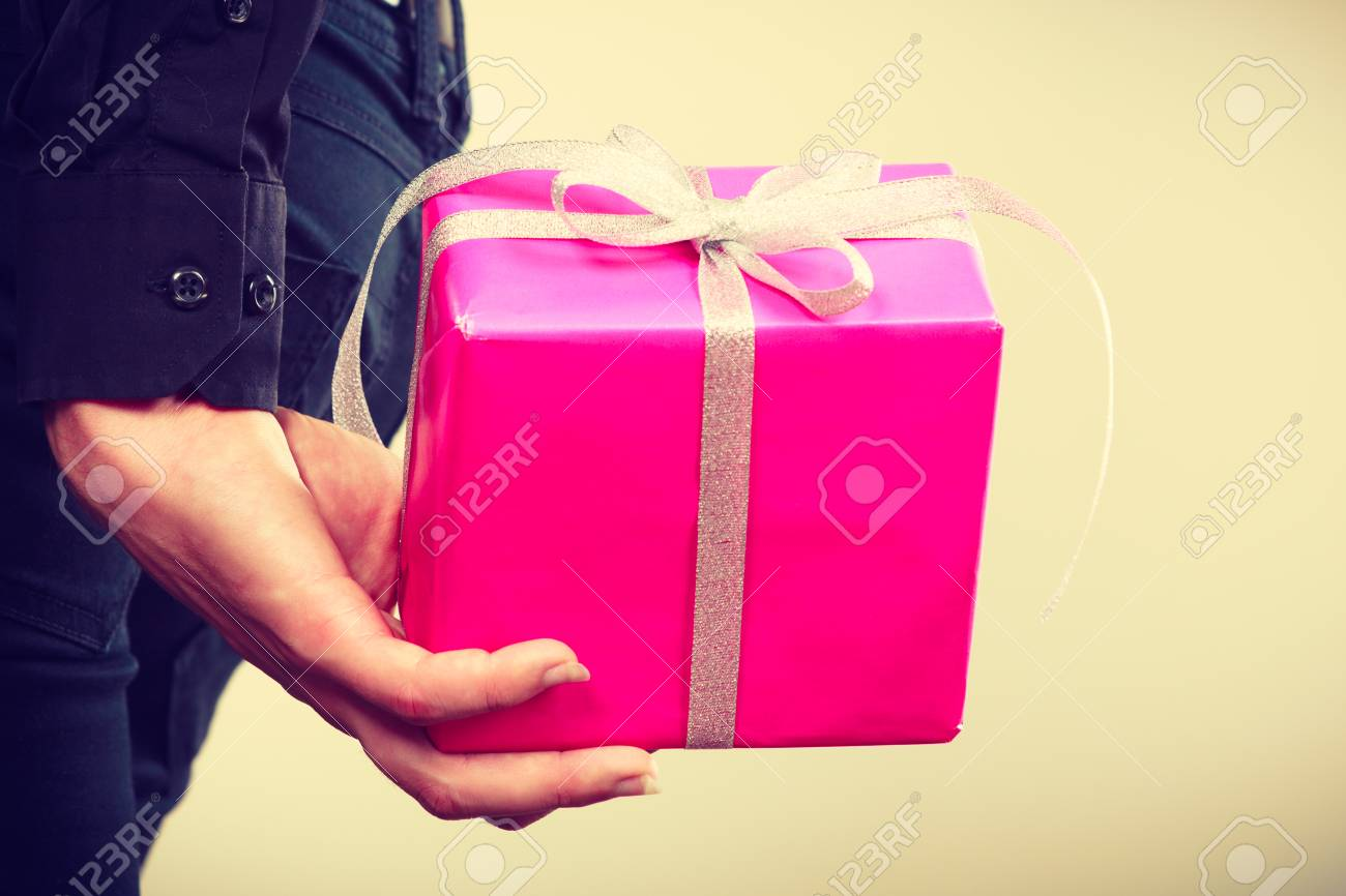 Man Versteckt Rosa Geschenk-Box Mit Band Hinter Dem Rücken ...