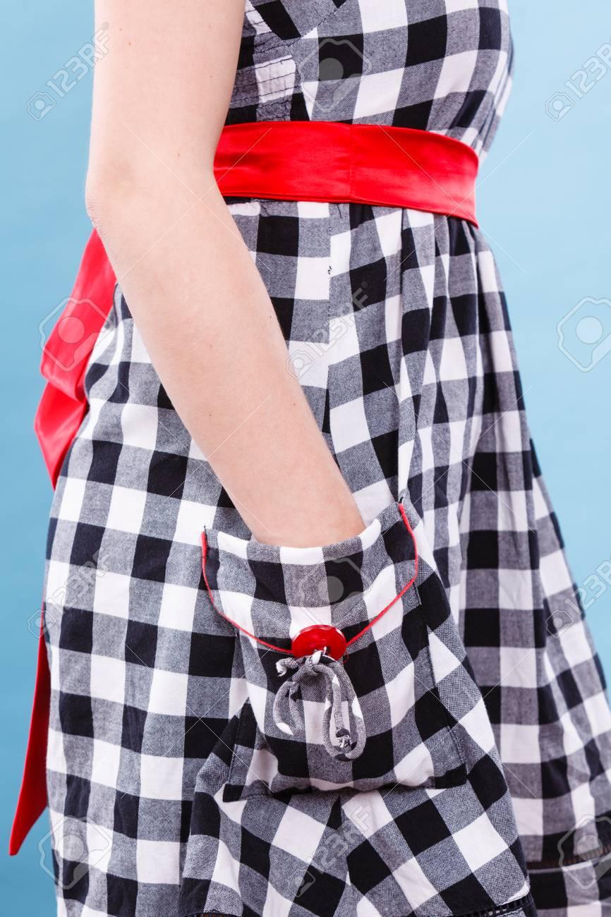 competitive price 7da3b a0f07 Texture e modelli concept. Donna che indossa retrò controllato il vestito  in bianco e nero tenendo le mani in tasca in studio girato su sfondo blu