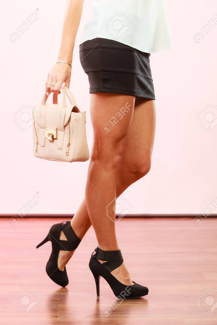 Banque d images - Tenue élégante. Mode féminine. Fille à la mode des  chaussures à talons hauts chaussures jupe courte sac à main sac à main. 7e4cb1fd17f6