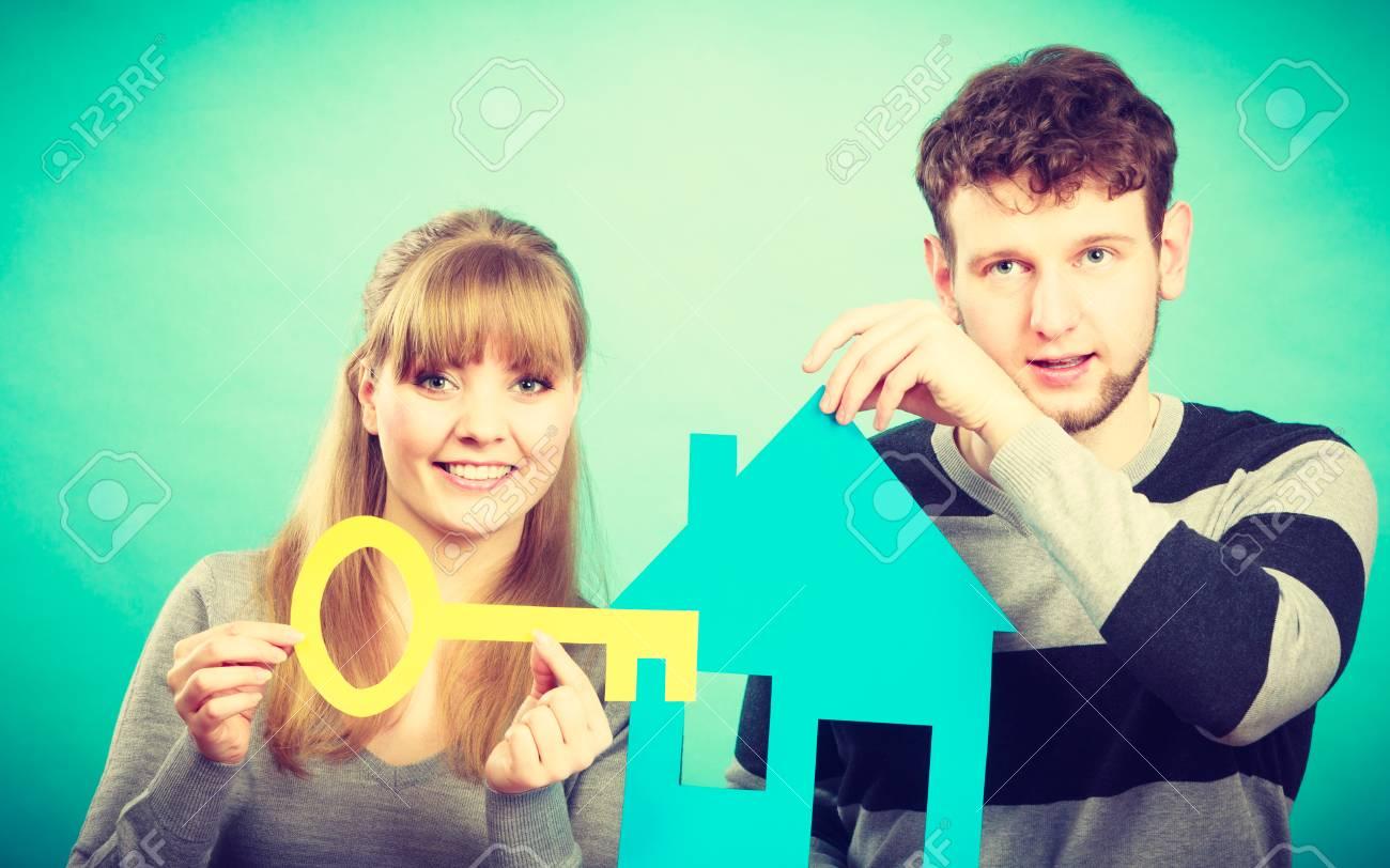 banque dimages rve et nouveau plan pour la vie les jeunes gens souriants joyeux penser rver de leur premire maison couple avec grande cl de leur