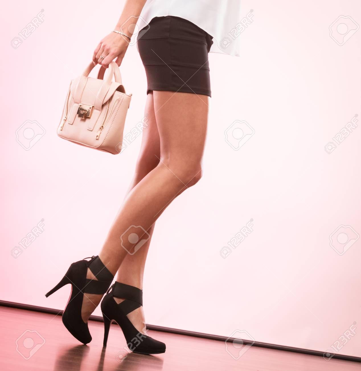 26d9afa951fd35 Banque d images - Tenue élégante. Mode féminine. Fille à la mode des  chaussures à talons hauts chaussures jupe courte sac à main sac à main.