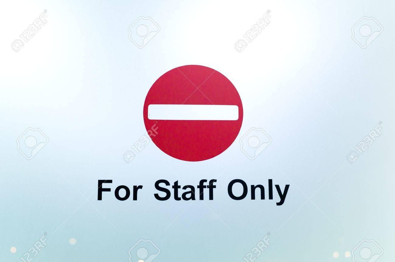スタッフを除いて進入禁止の標識...