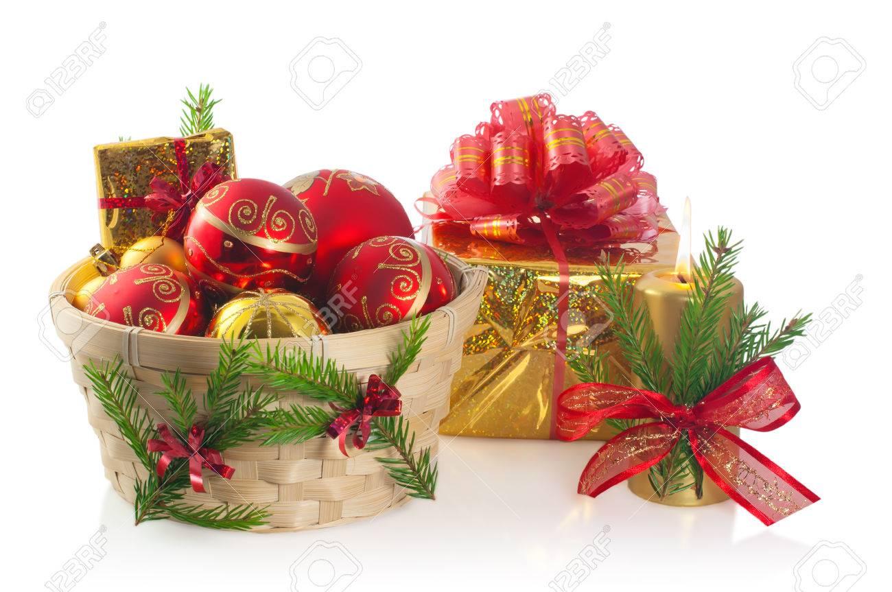 Weihnachts-Korb Mit Kugeln, Geschenk Und Kerze Mit Tannenzweigen Und ...