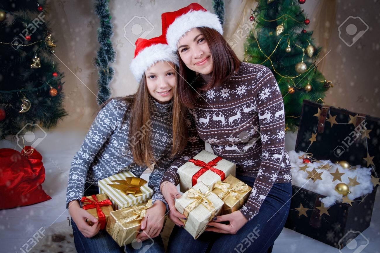 Mutter Und Tochter Halten Geschenke In Weihnachten Hüte Lizenzfreie ...