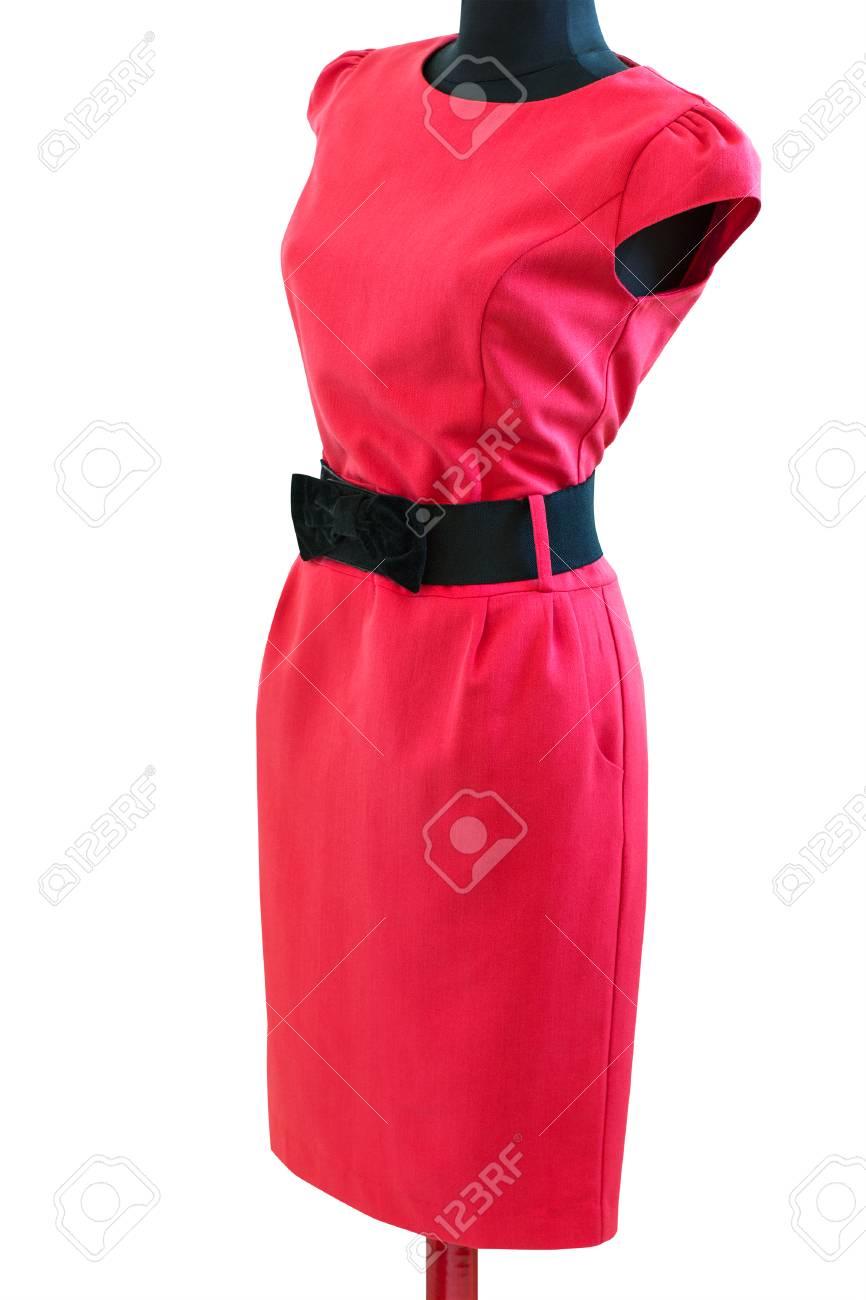 Banque d images - Robe rouge classique avec ceinture noire sur un mannequin  sur fond blanc isolé 6ee59d4864d