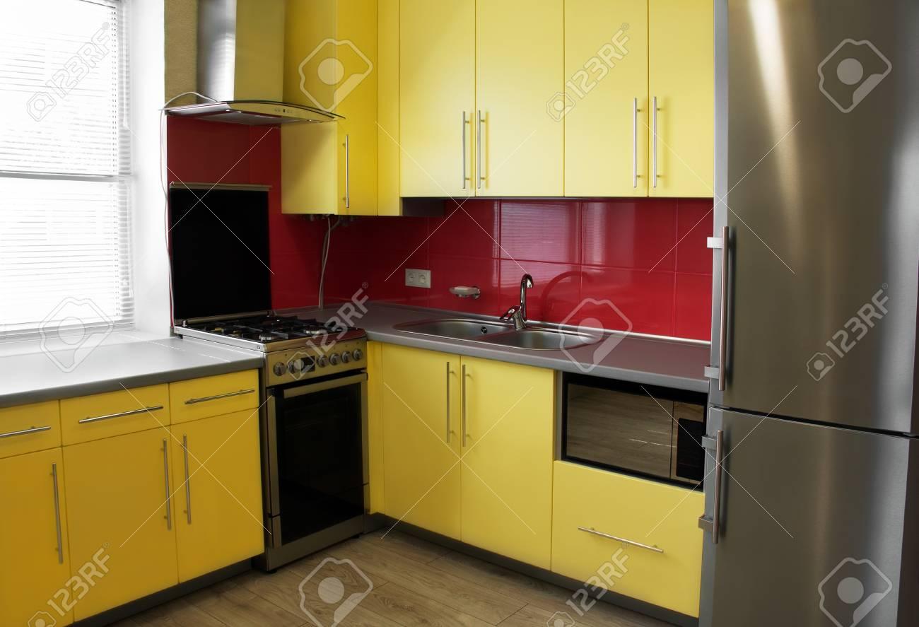 Gelbe Küche Mit Schränken Mit Flügeltüren, Gekrönt Mit Einer Grauen ...
