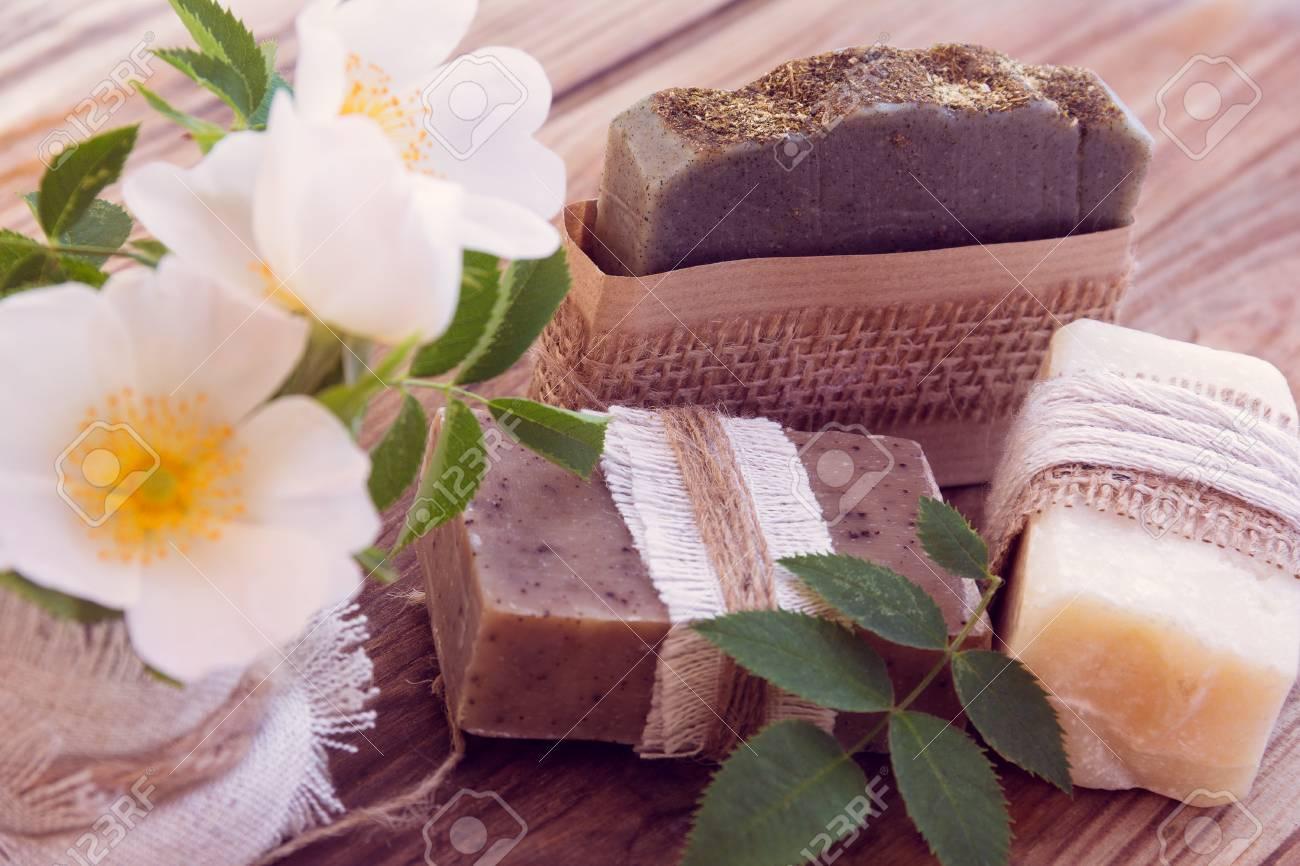 Piezas Decoradas De Varios Jabón Seco Con Unas Rosas Blancas Sobre Un Fondo De Madera