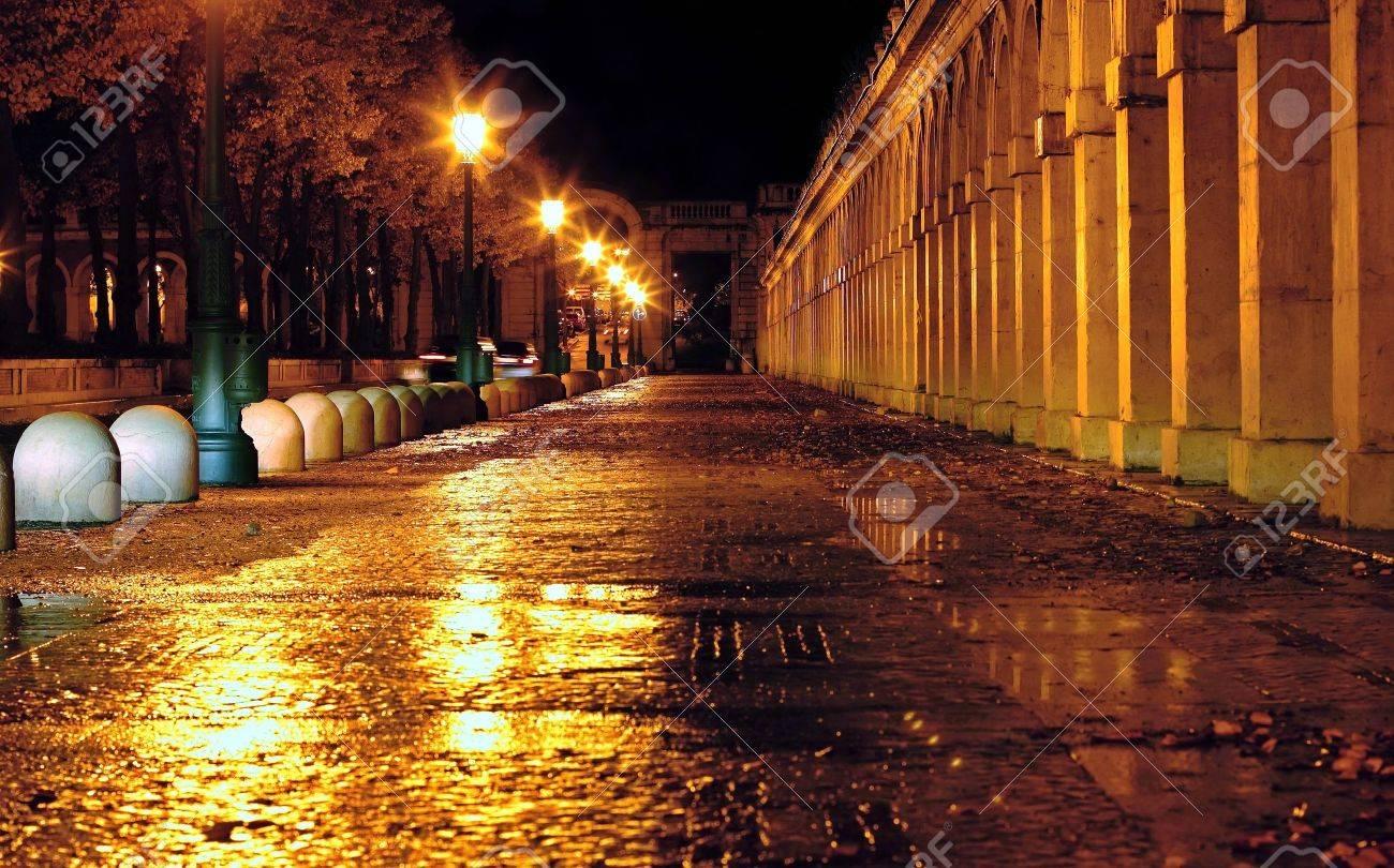 Calle mojada por la lluvia - 11161908