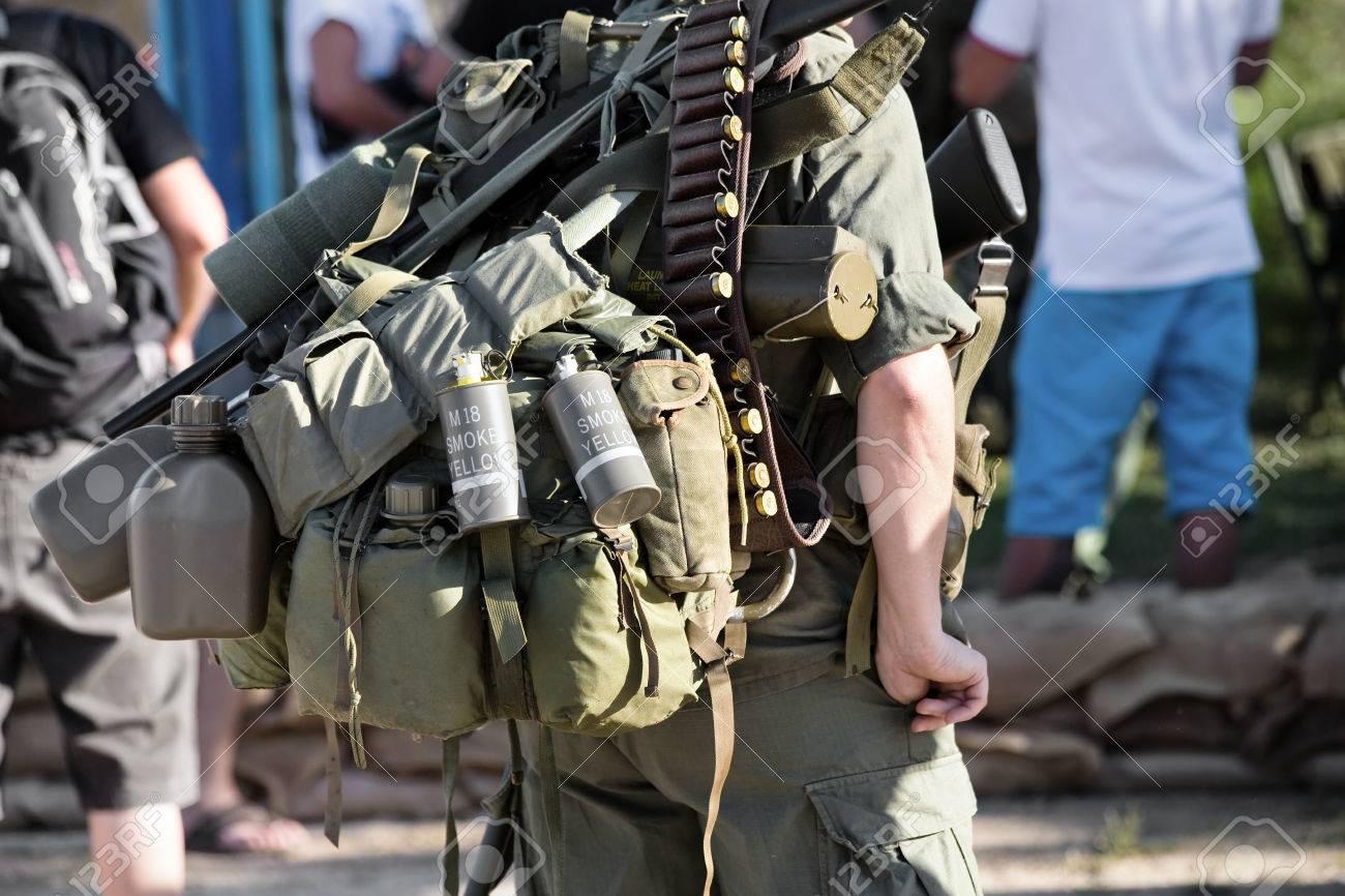 Resultado de imagem para Que equipamentos um soldado carrega?