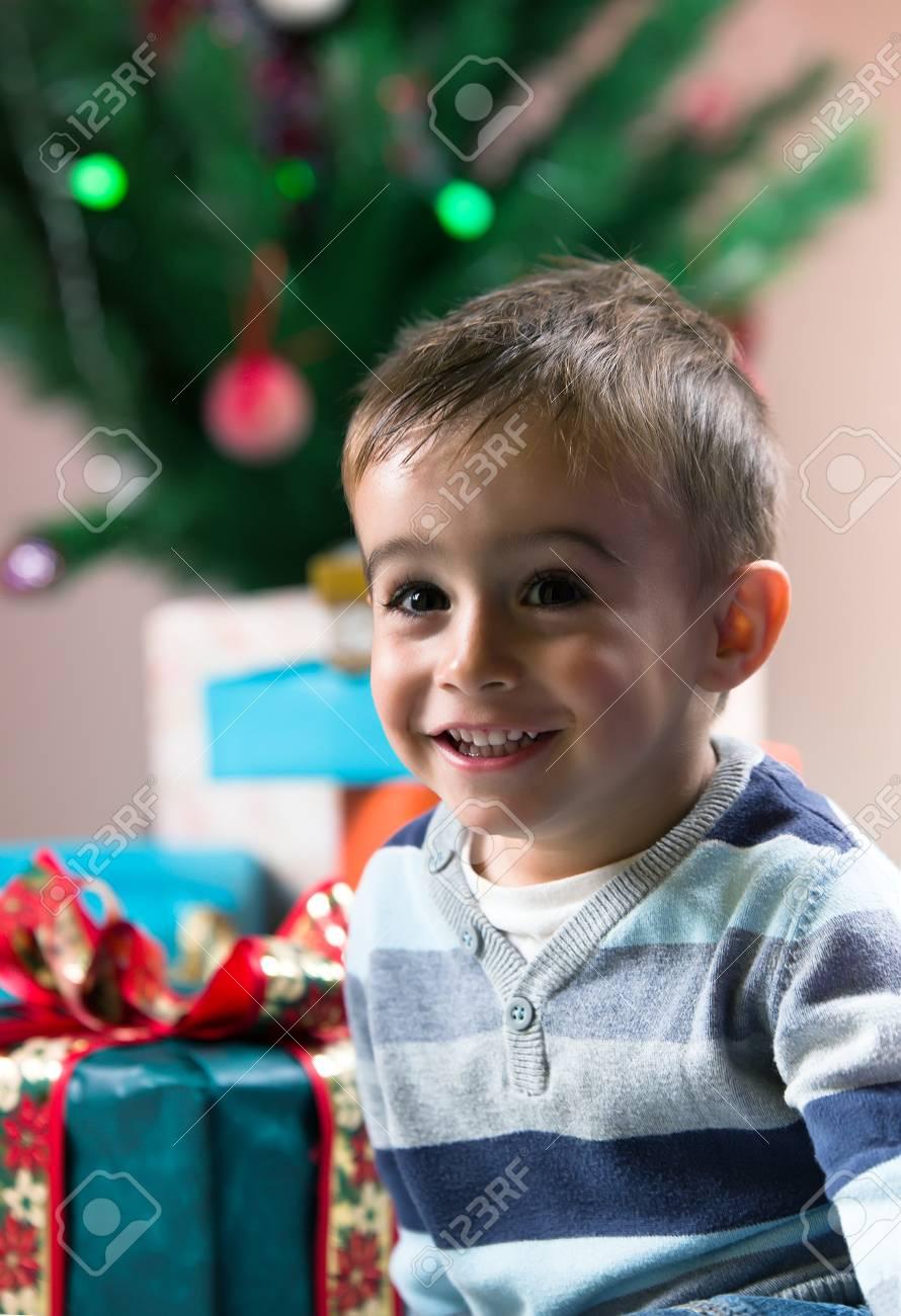Glücklich Und Aufgeregt Kind Mit Weihnachtsgeschenke Unter Dem Baum ...