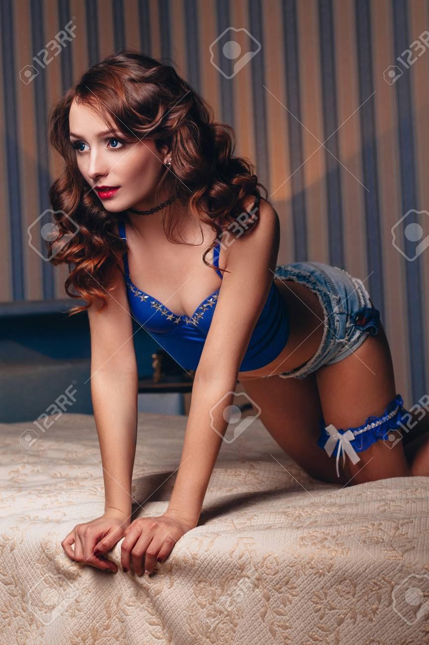 Mujer bella desnuda posando cama photo 854