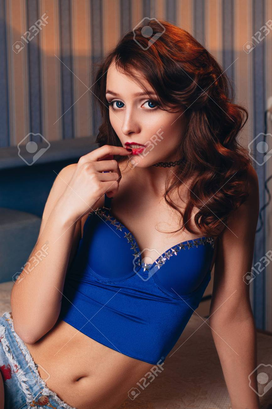 Mujer bella desnuda posando cama photo 543
