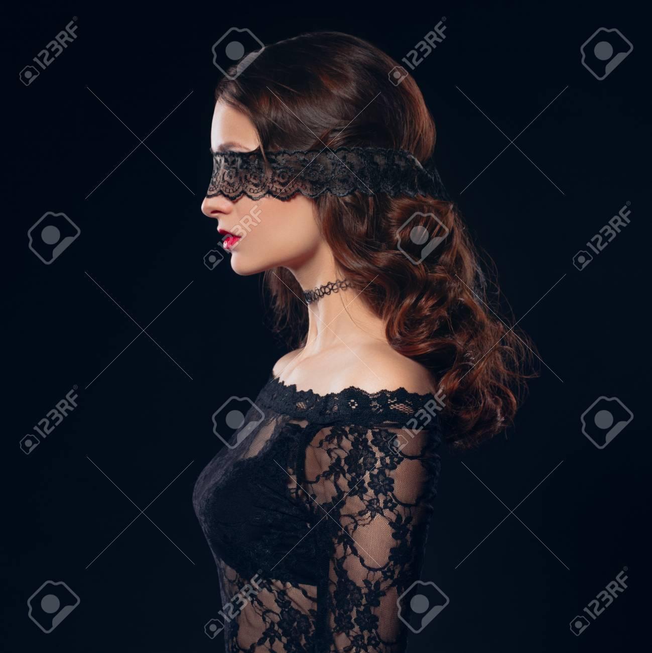 Chica Sexy En Ropa Interior Negro Sobre Fondo Negro Sesión De Fotos Eróticas Con Encanto Atractiva Mujer Con Una Máscara En Su Cara Venda De Los