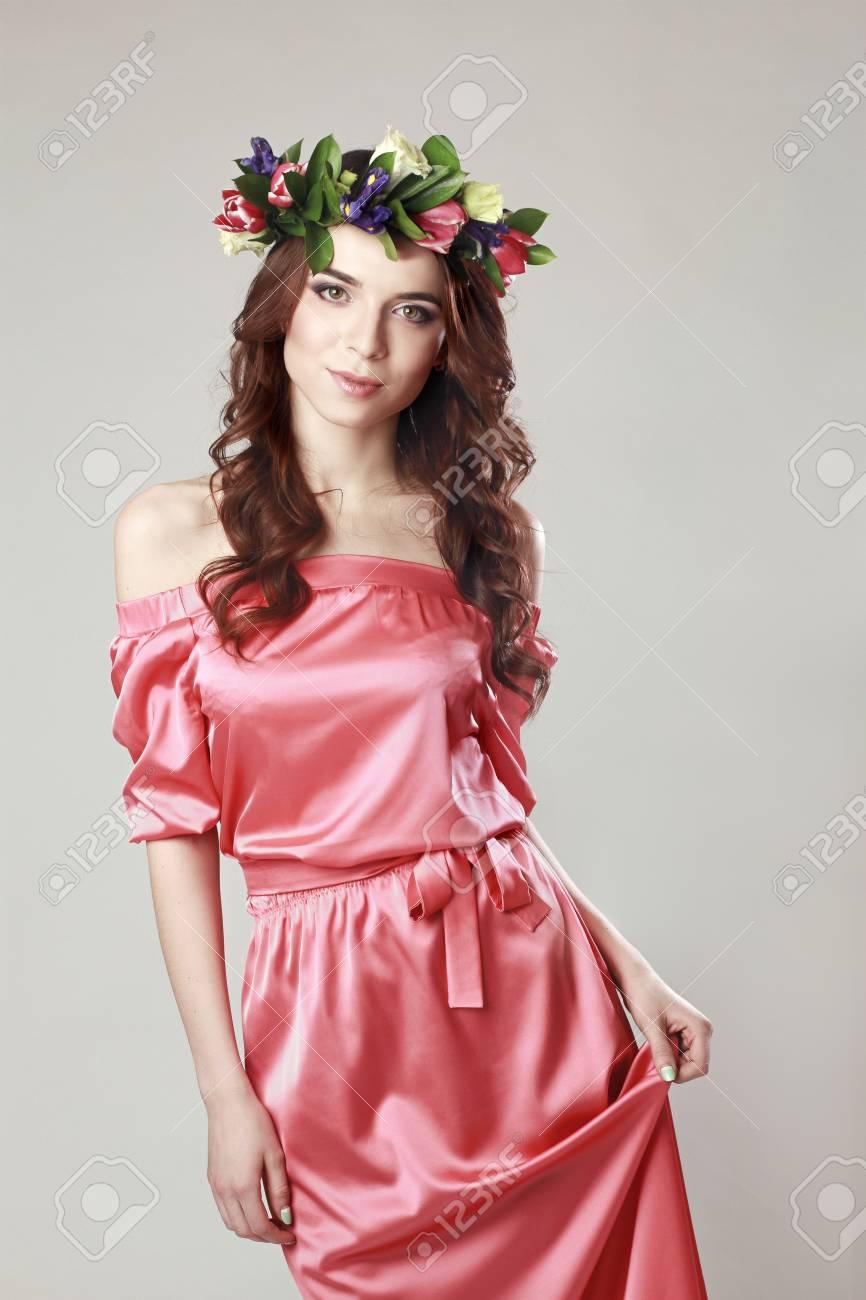 Apariencia Romántica Suave De La Chica Con Una Corona De Rosas En La ...