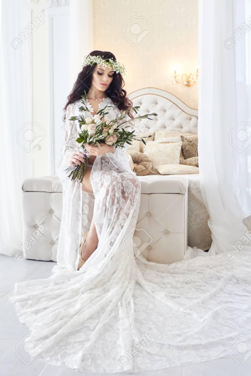 new arrivals 6a945 c1ade Bella sposa in lingerie e con una corona di fiori in testa, la mattina  prima del matrimonio. Negligé bianco della sposa, preparando per la  cerimonia ...