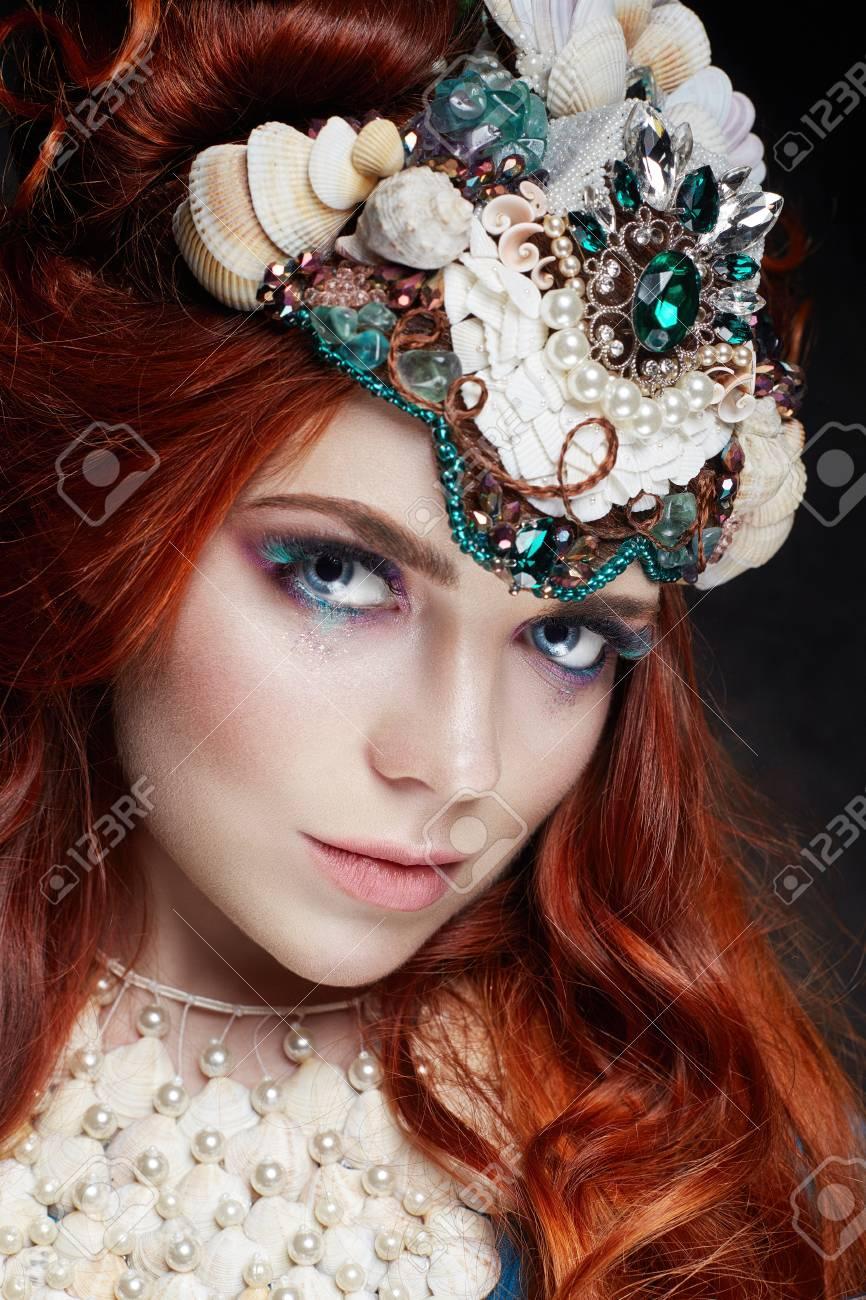Roodharige Meisje Met Lichte Make Up En Grote Wimpers Mysterieuze