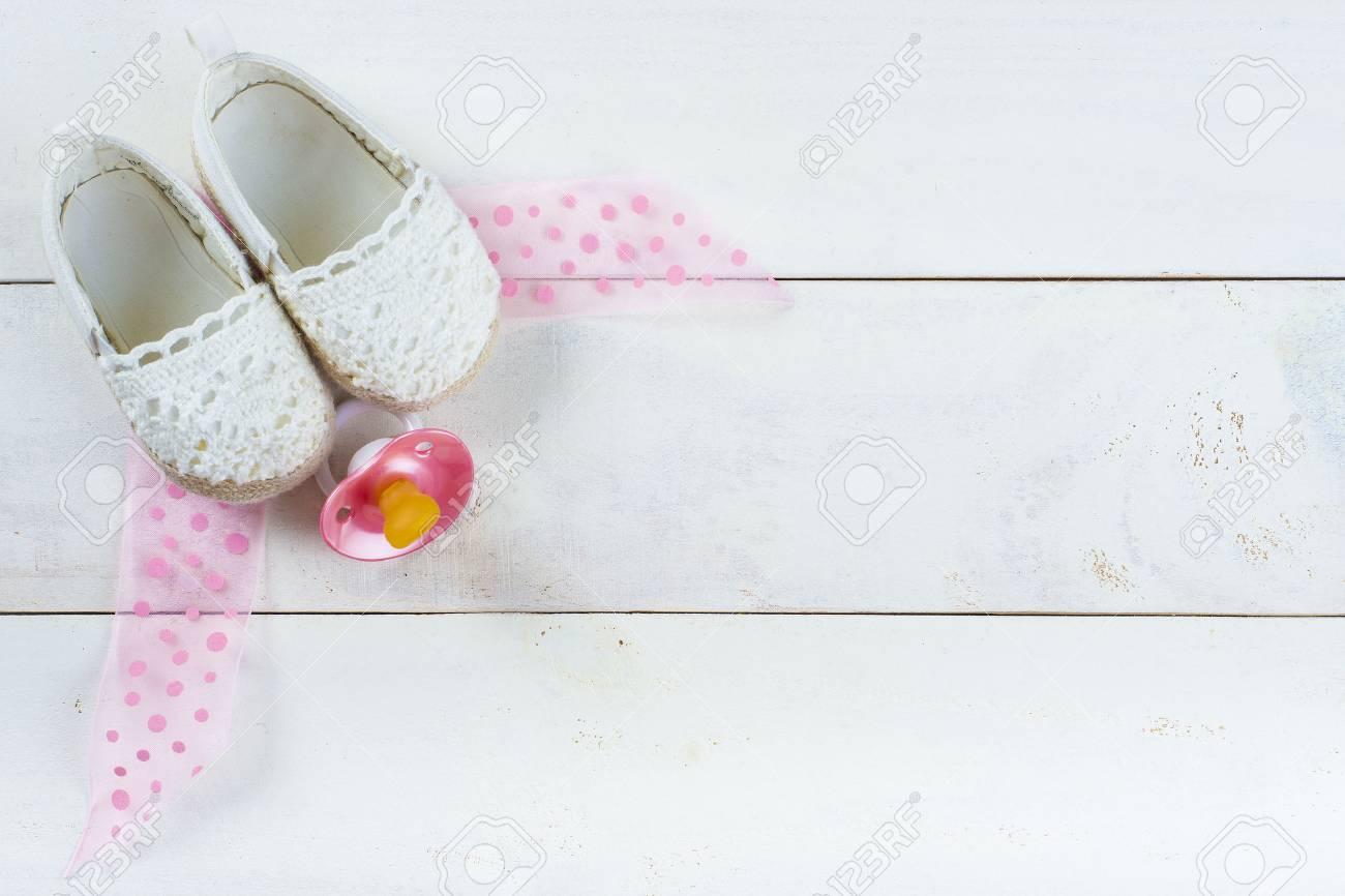 Esperando Un Bebé Fondo Con Los Zapatos Y Un Chupete En Una ...