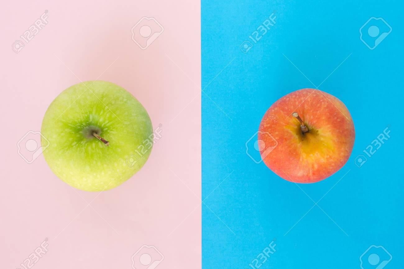 Immagini Stock Mela Rossa E Mela Verde Su Blu Rosa Rosa Sfondo