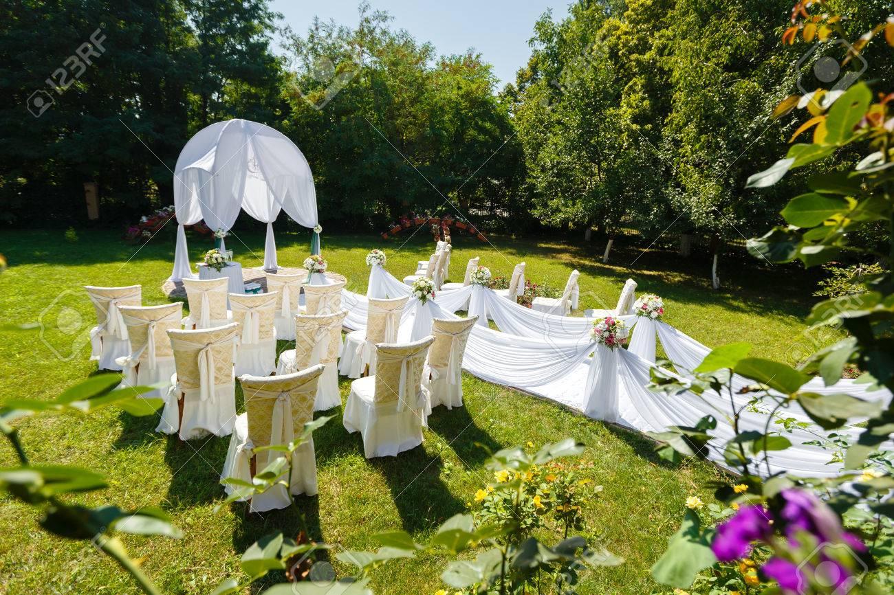 Décorations cérémonie de mariage dans le jardin au jour ensoleillé