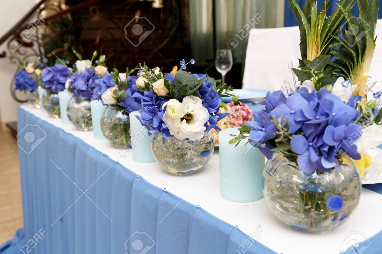 Dekoration Der Hochzeit Tisch Mit Kerzen Und Blumen In Den Blauen