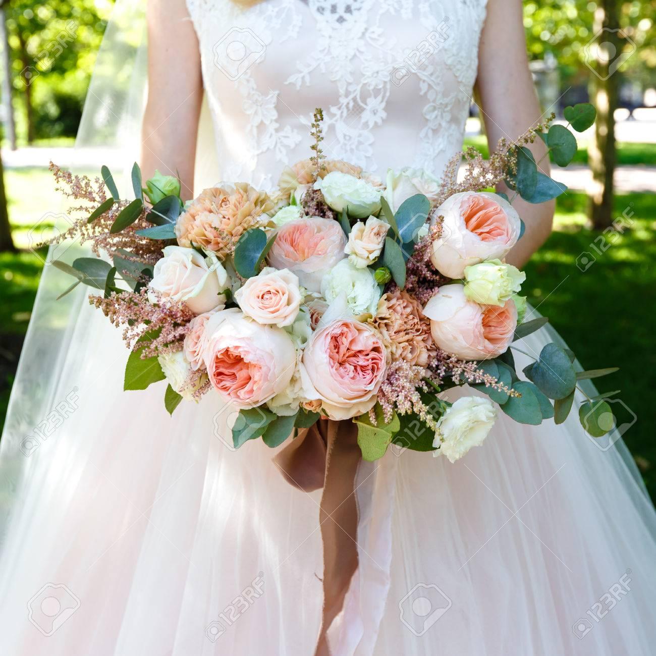 Braut Mit Schönen Großen Strauß Rosen Im Freien. Quadratischen ...