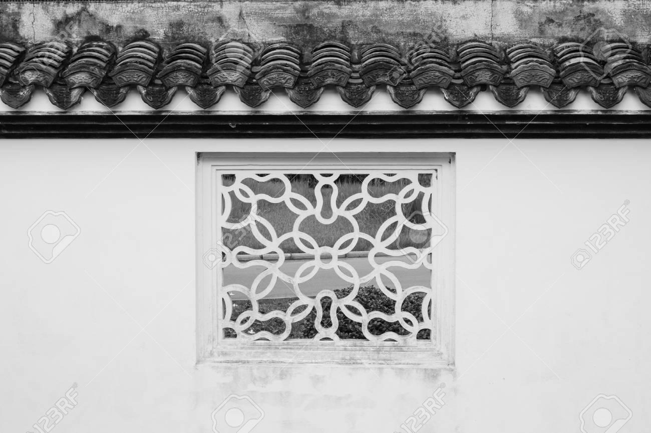 Fenetre Carree Blanche Ancienne Decoration De Style Chinois Faconne Avec Fond Naturel Vert Au Jardin Chinois Effet De Filtre Noir Et Blanc