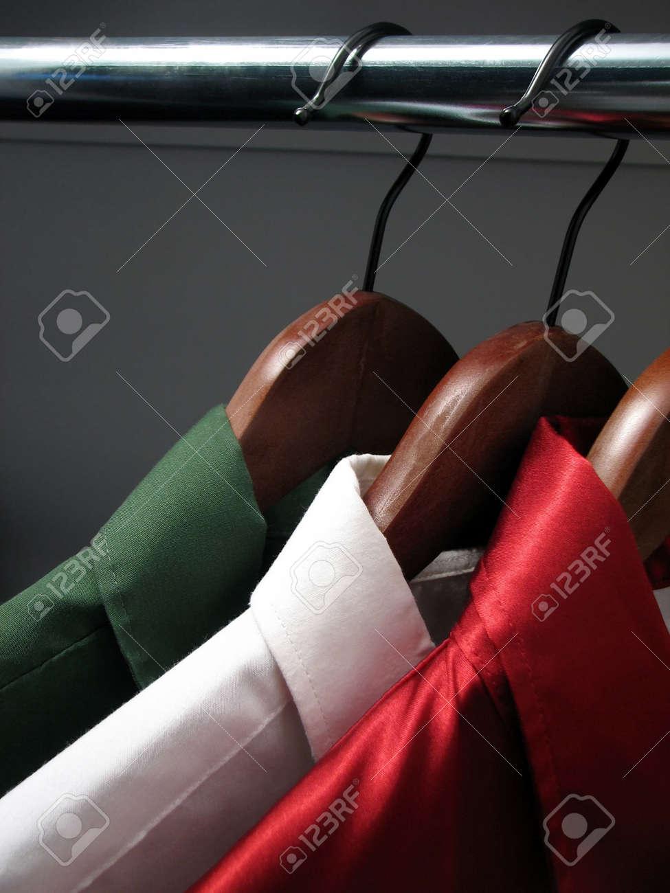Shirts Vertegenwoordigen Italiaanse Vlag Kleuren Van Italië Groen Witte En Rode Shirts Op Houten Hangers In Een Kast