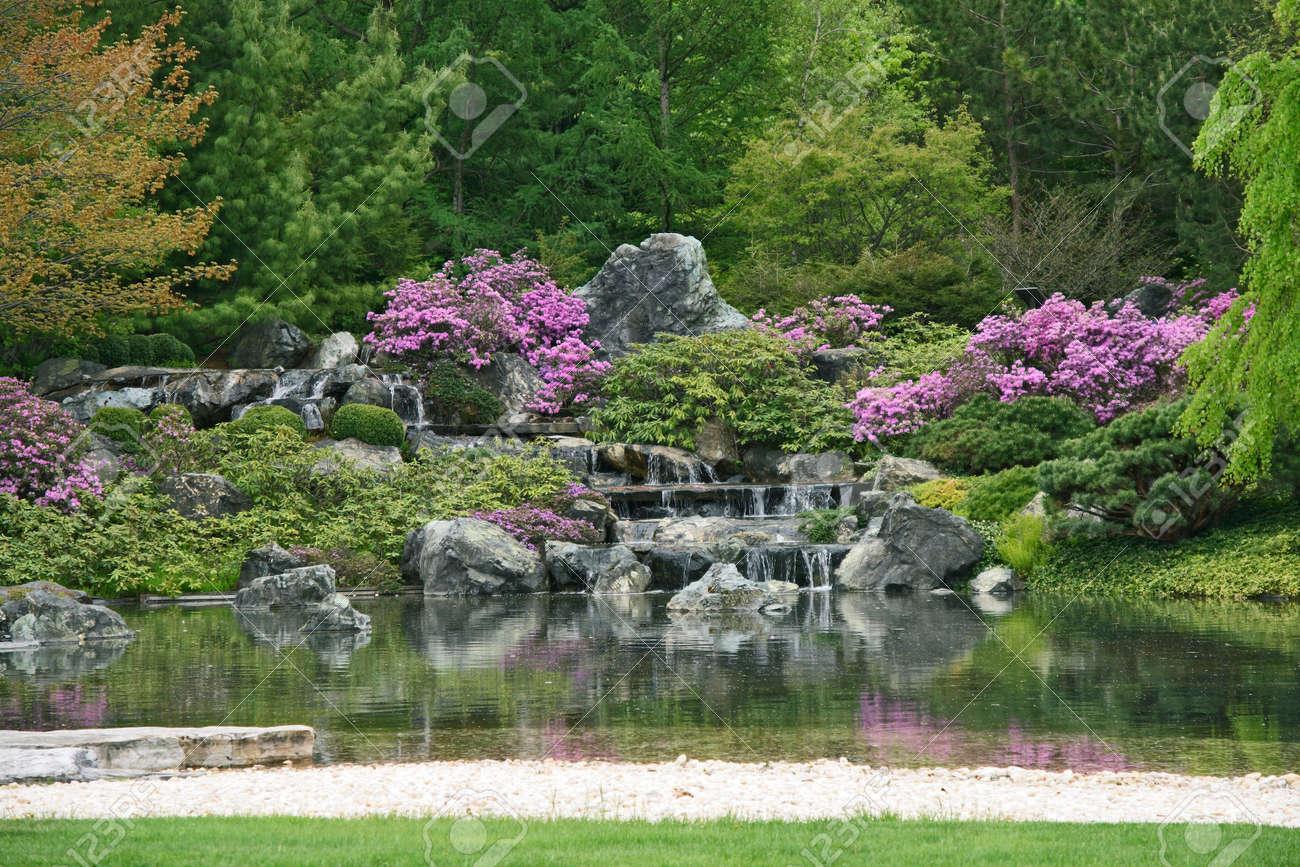 floracin jardn japons con cascadas de agua y estanque foto de archivo