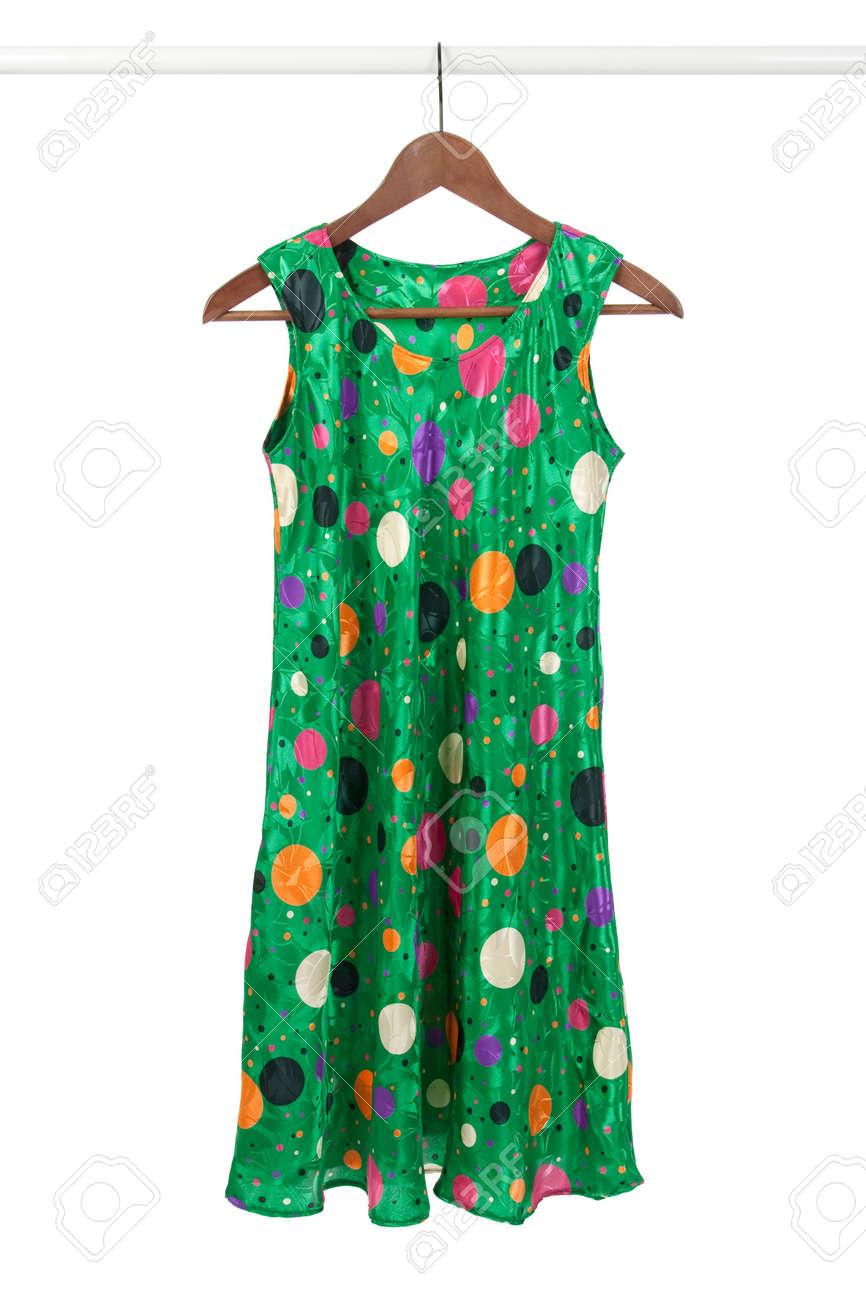 01e239124c543e Helder Groene Funky Jurk Op Een Houten Hanger