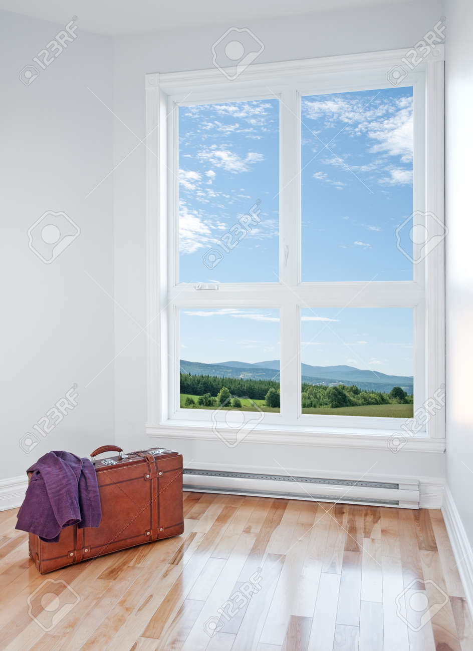 Just arrived  Retro suitcase in an empty room with beautiful view Stock Photo - 15866589