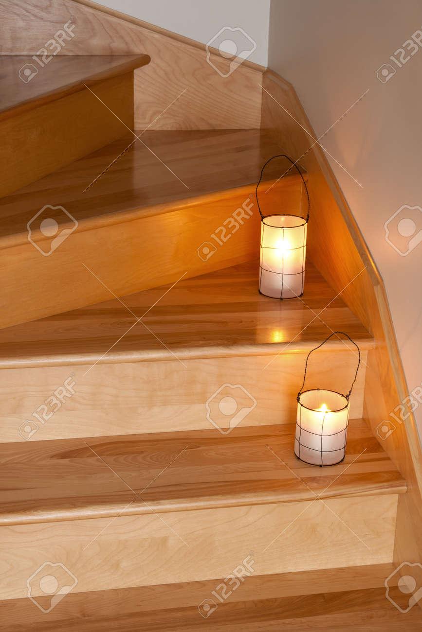 Lanternes avec des bougies confortables escalier en bois décoration