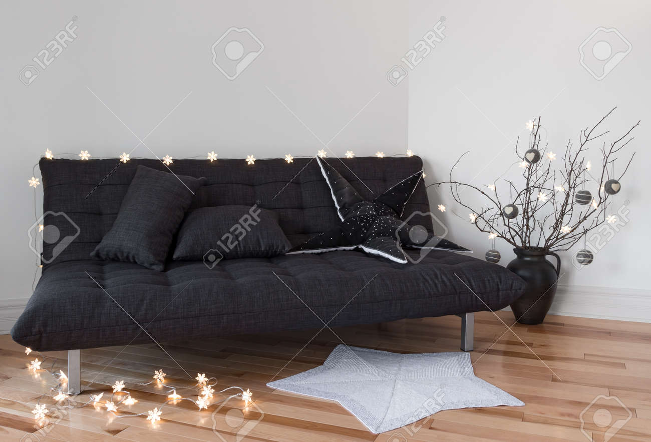 Cozy Lichter Im Wohnzimmer Schmücken Sofa Und Äste Lizenzfreie Fotos ...