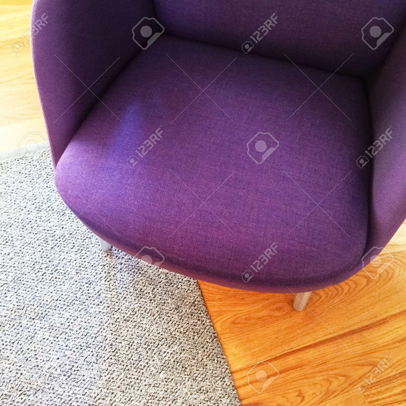 Modisch Lila Sessel Auf Holzboden. Moderne Möbel. Lizenzfreie Fotos ...