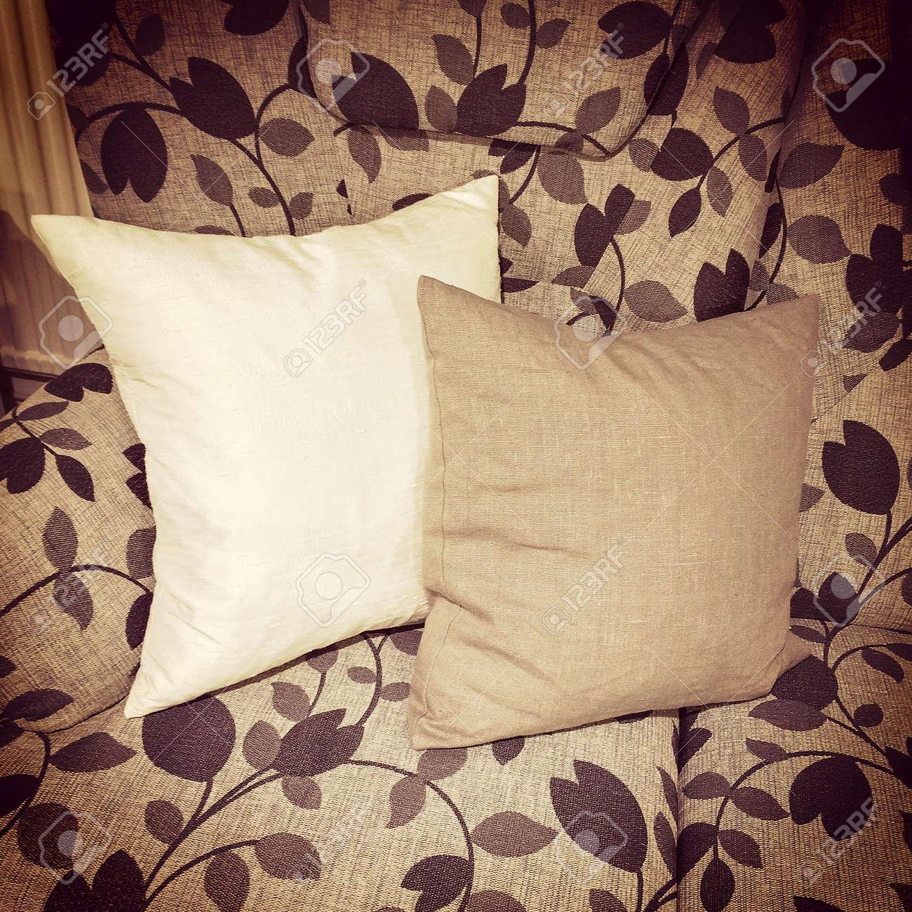 Come Abbellire Un Divano cuscini decorare un divano con disegno floreale, mobili in stile retrò.