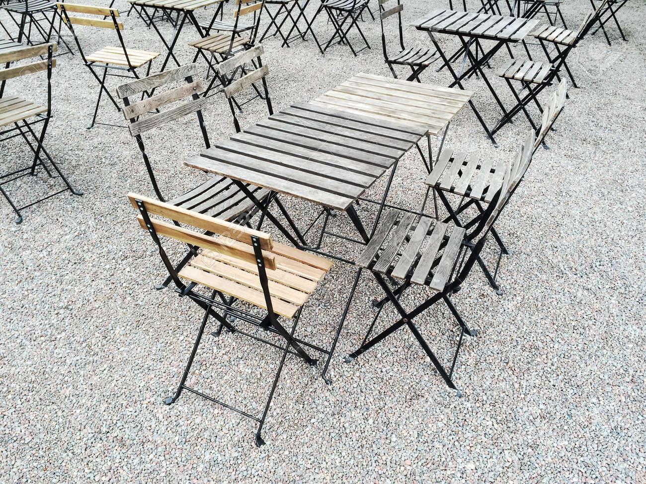 Tavoli E Sedie In Legno Per Esterno.Immagini Stock Caffe Esterno Con Tavoli E Sedie In Legno Image