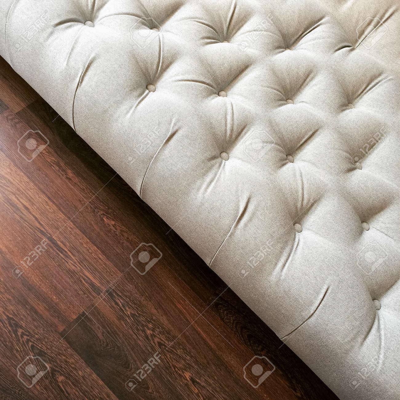 Fantasía Otomana Blanco En Suelos De Madera Oscura. Muebles De ...