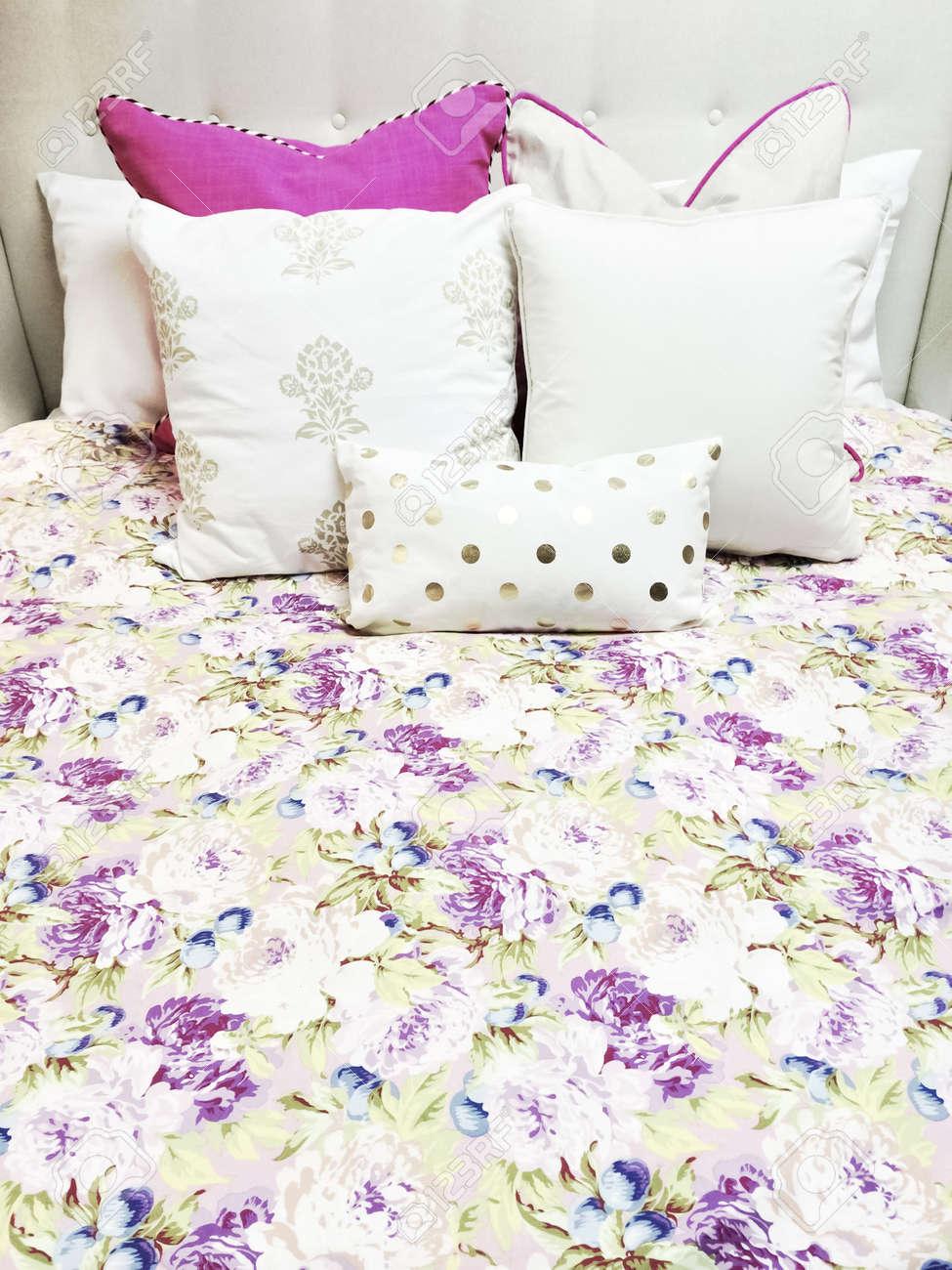 Weiß Und Lila Bettwäsche Mit Blumenmuster Close Up Von Einem Bett