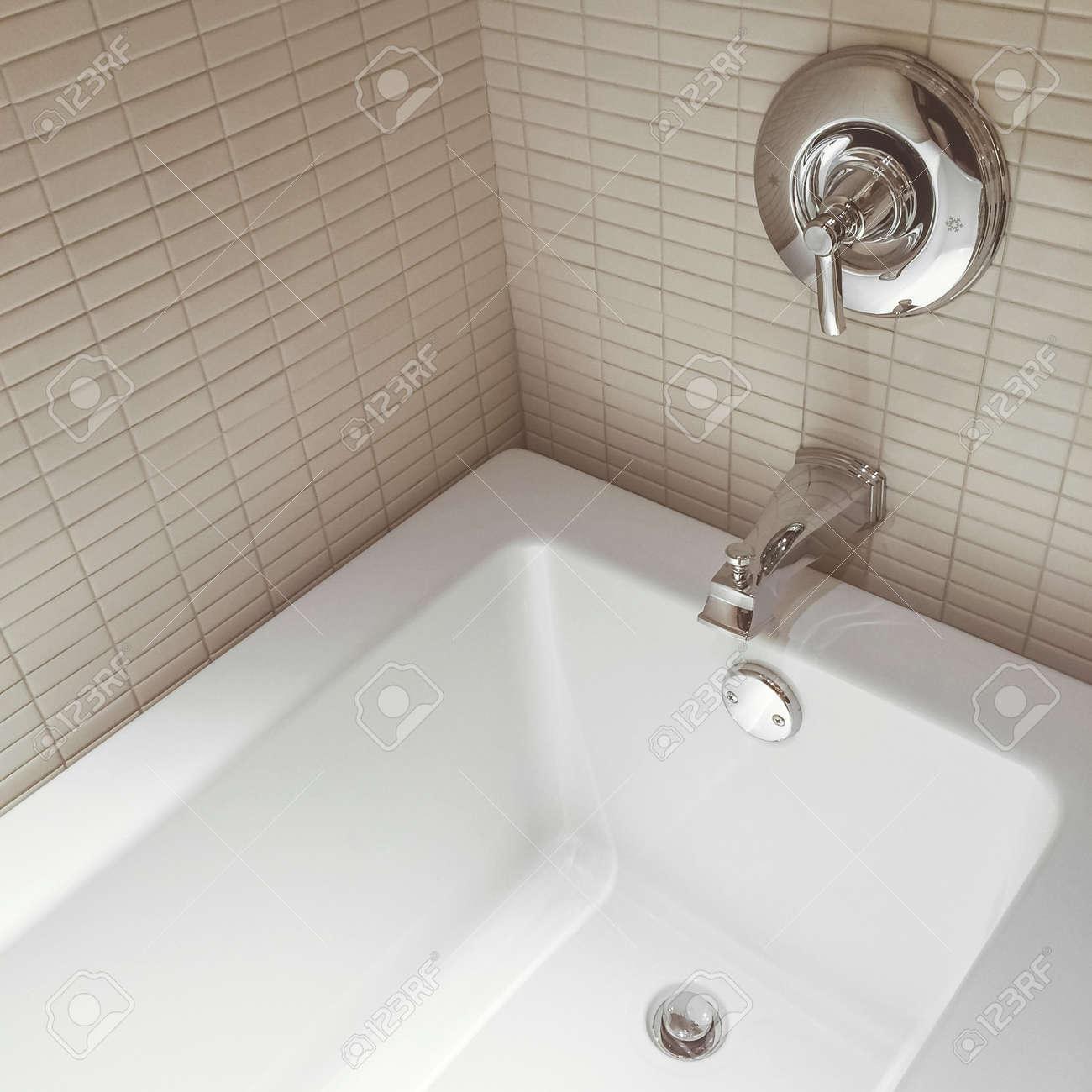 Nuevo cuarto de baño moderno, con grifos cromados y paredes de azulejos de  cerámica.