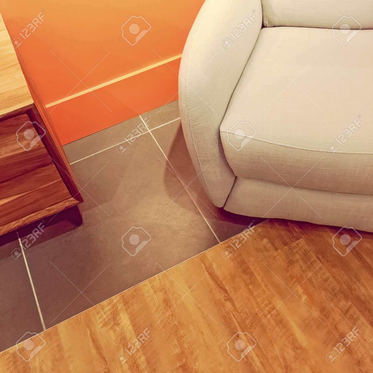 Innenausschnitt Mit Gemütlichem Sessel Und Beistelltisch ...