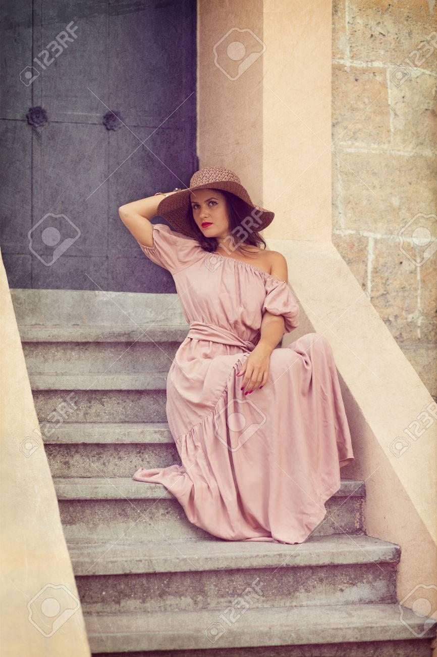 Chica Romántica Retro En El Vestido Largo De Pie En Las Escaleras ...