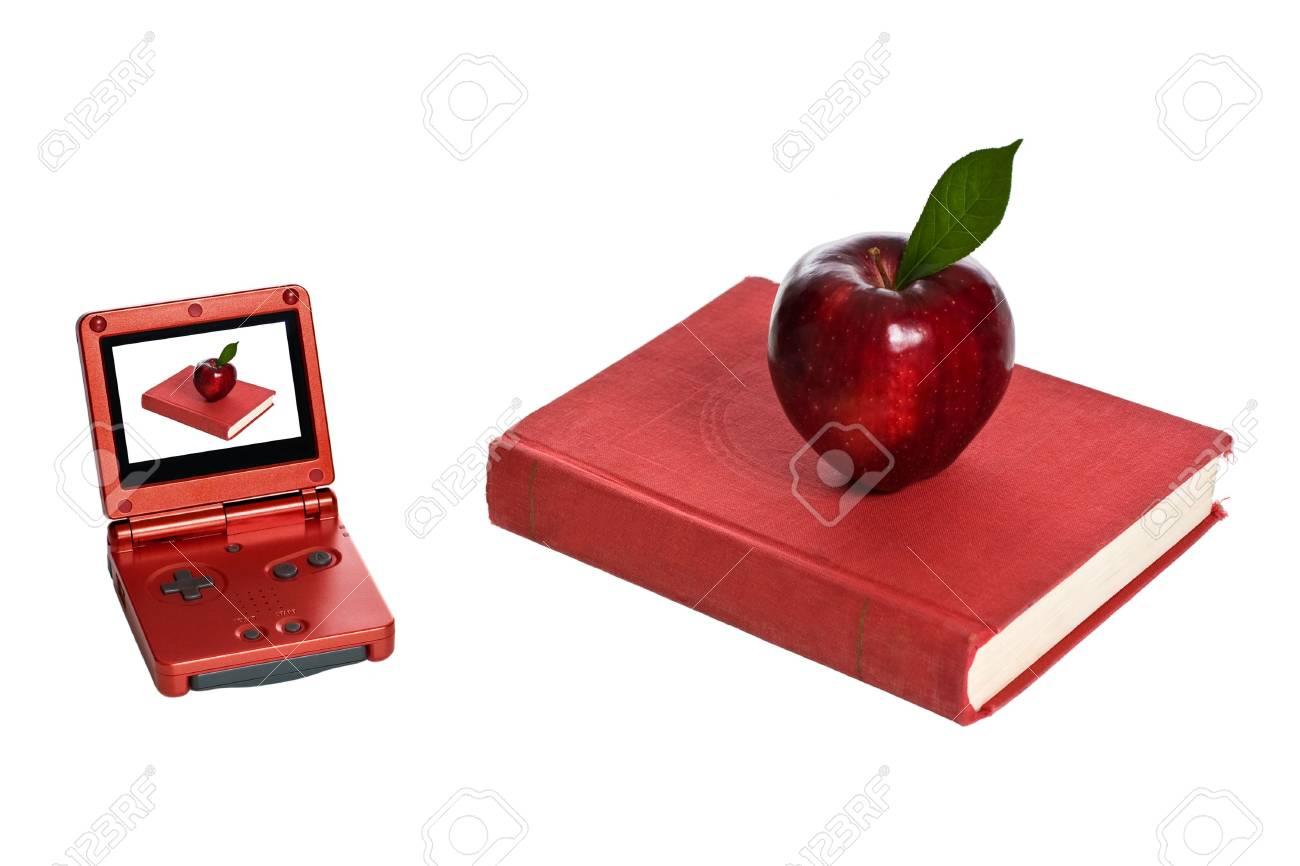 Juegos Electronicos Y Libro Rojo Con Manzana Aislado En Blanco