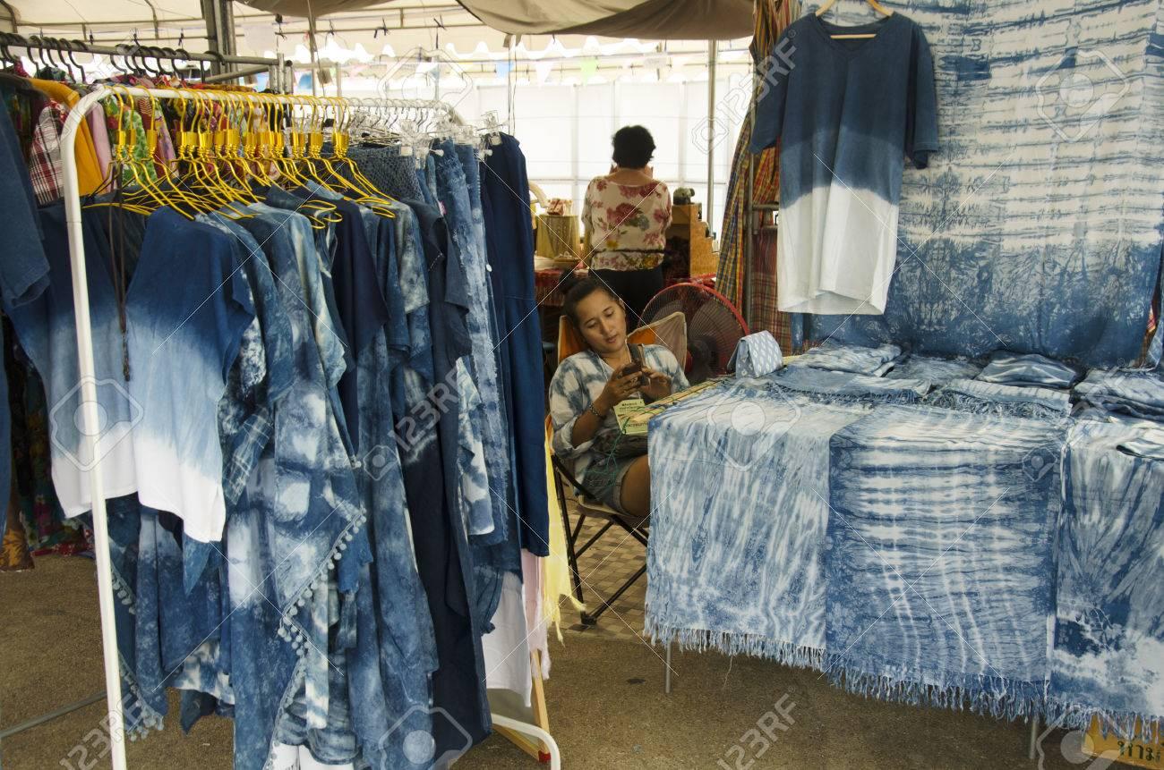 Mi Tienda De Moda Del Lazo Del Batik Teñido índigo Ropa Mauhom Muchos Diseño De Color Natural En La Cultura Del Festival Tailandés Tradicional En Tha Nam No Mercado En Nonthaburi Tailandia