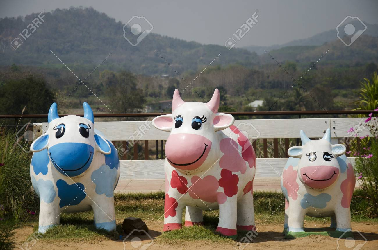 Vaches Famille Poupée Statue Dans Le Jardin Pour La Décoration En ...
