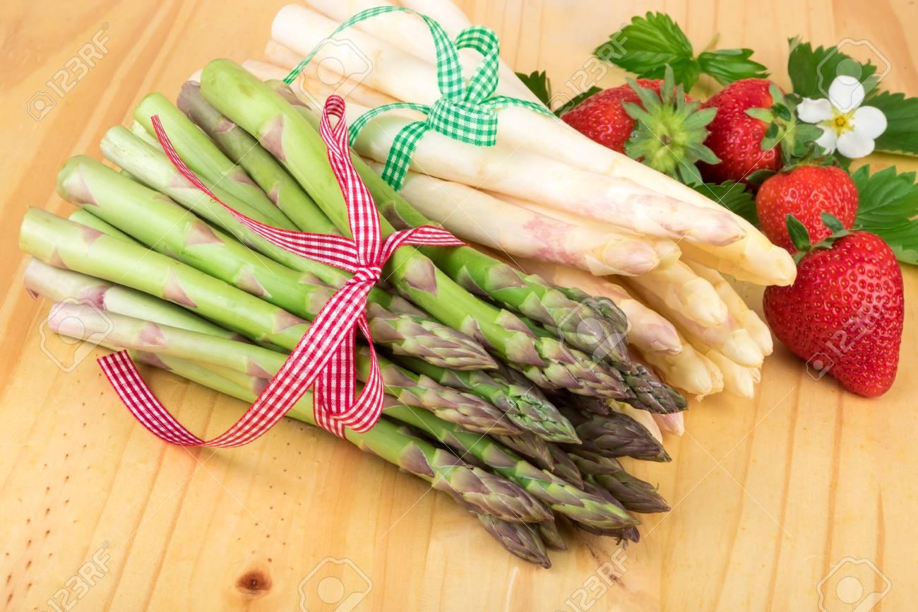 Grüner Weißer Spargel Mit Frischen Erdbeeren Auf Hellem Holz Vegan