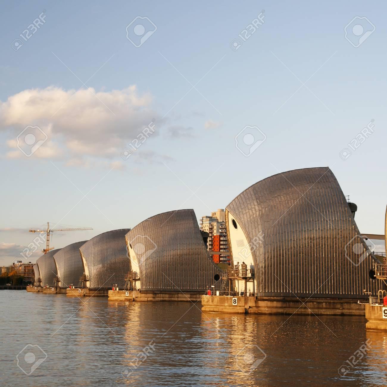 Banque Du0027images   Thames Barrier, Protecteur De Marée, Est Le Deuxième Plus  Grand Du Monde Barrière Anti Inondation Mobile